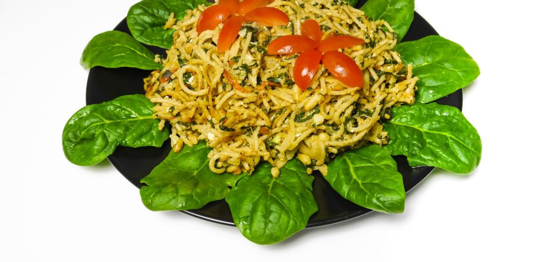 spinat gericht mit nudeln und tomate