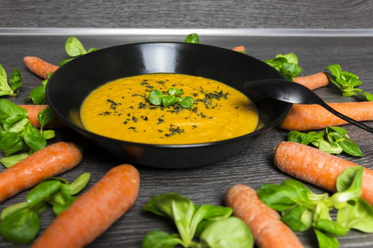 leckere süßkartoffel suppe mit möhre und kokos