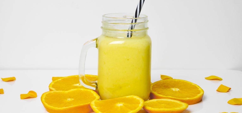 gesunder protein Shake mit Mango