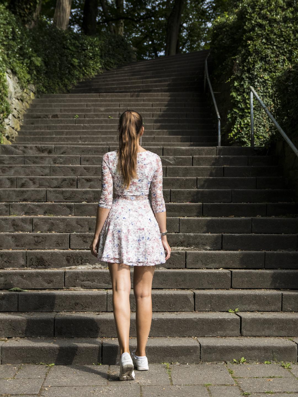 Mädchen vor einer Treppe